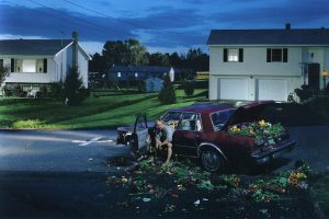 gregory crewdson mytho 300x200 - Mytho : un crabe et sa farce aux mensonges s'invitent à la table Netflix (critique)