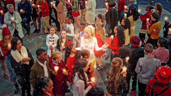 dolly parton noel netflix 600x338 - En novembre, Netflix met le paquet sur les films de Noël !