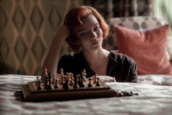 le jeu de la dame 600x400 - Le jeu de la dame : tout sur la série qui rend les échecs glamours (Avis, saison 2, etc. )