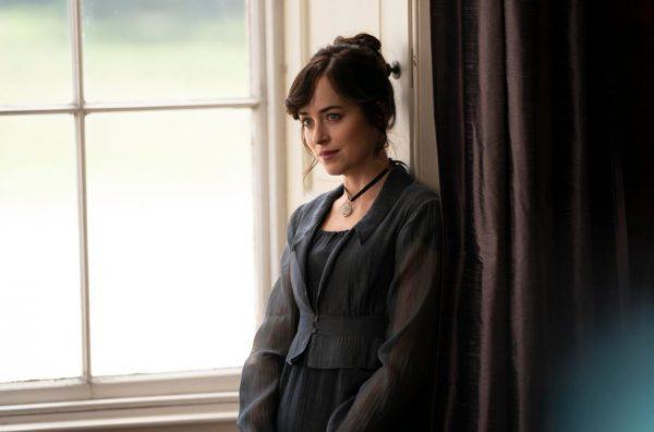 dakota johnson persuasion netflix 600x396 - Persuasion : découvrez les premières images du film adapté du roman de Jane Austen, avec Dakota Johnson