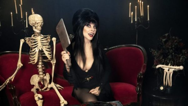 """elvira netflix chills 600x337 - Chaque dimanche, le Dr Elvira vous prescrit une ordonnance de films d'horreur pour un Halloween très """"Netflix & Chills"""""""